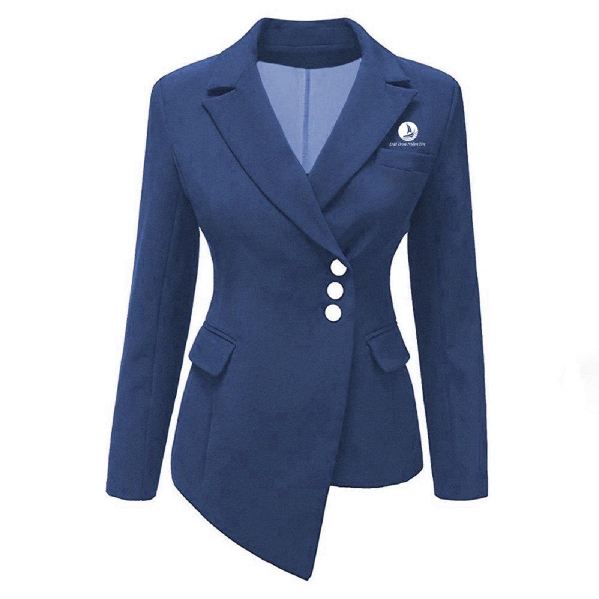 Đặc điểm chính của vest là phần vai chuẩn, đường cắt giúp vòng eo thon gọn, phần lưng cong và tạo cúp ngực tròn đầy giúp phụ nữ luôn tự tin.