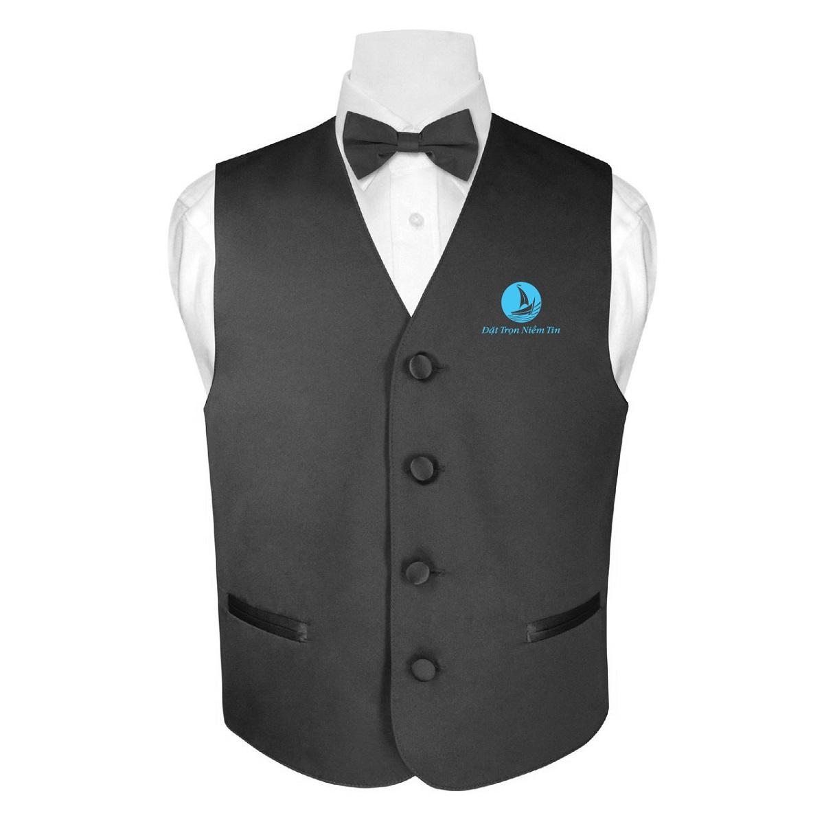 Bộ đồng phục gồm: áo sơ mi, áo gile và nơ cài ở cổ áo