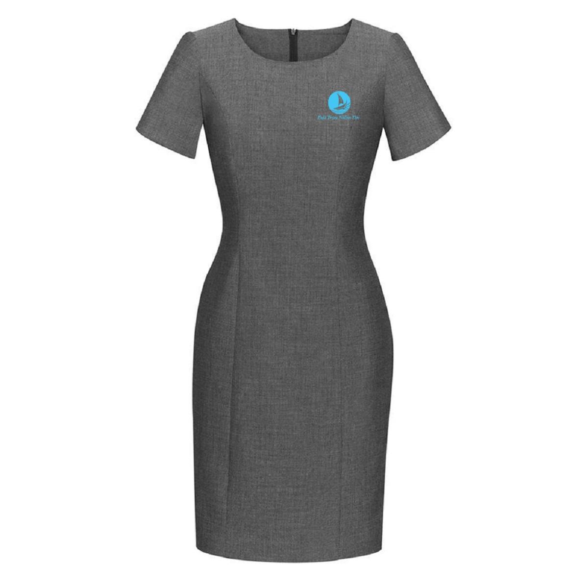 Chiếc váy liền có tay vừa lịch sự lại tôn lên sự uy nghiêm của một người quản lý