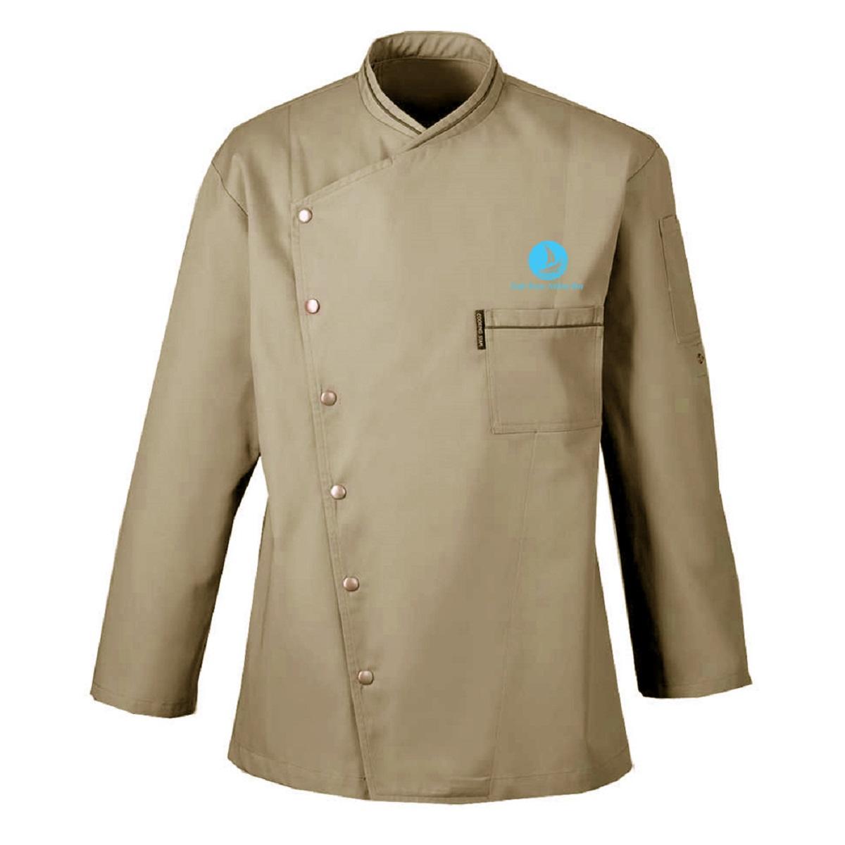 Khác với mẫu truyền thống là thay vì chiếc áo có vạt thẳng thì mẫu đồng phục này vạt áo và cổ áo được may xéo cách điệu. Điều này tạo nên sự sang trọng với đầu bếp chuyên nghiệp